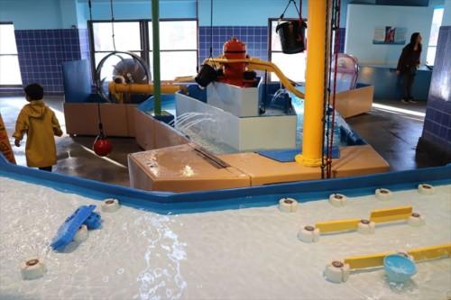 子どもたちの大好きな水遊び。流体力学を体験・体感できますね