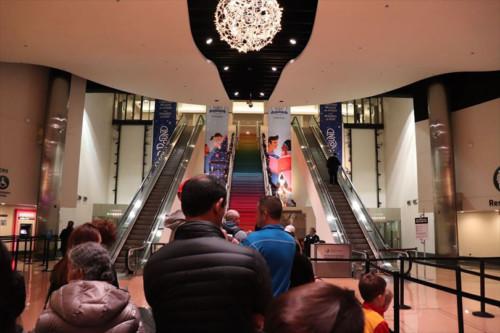 入り口は1階、チケット売り場は地下、展示室は1階という動線。開場を待っています