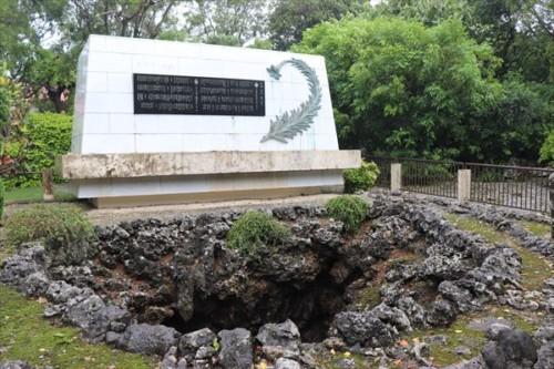 伊原第三外科壕跡のガマと慰霊碑