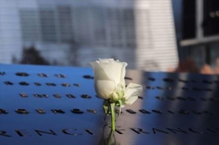 いくつか哀悼の花がそなえられていました