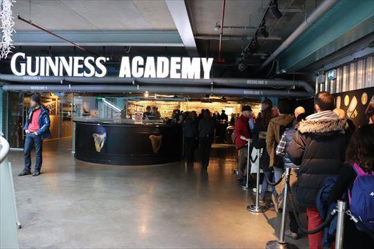 ギネス・アカデミー。おいしいギネス・ビールの注ぎ方が学べます。人気のようで長い列ができていました