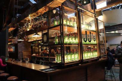 バー・カウンター。JJ'sは創業者のジョン ・ジェムソン(John Jameson)にちなむものでしょうか