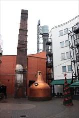 煙突や蒸留器などウイスキー工場の名残を感じさせます
