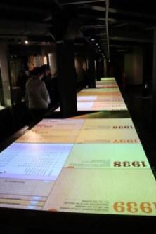 Lifelineと名付けられたインタラクティブな電子年表。長さ15mにもなり、映像・写真・文書などを見ることができます