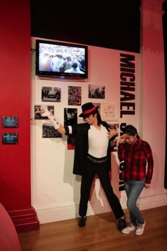 やると思ったポーズでマイケル・ジャクソンと記念撮影!