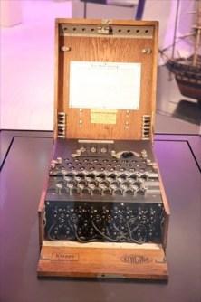 「エニグマ」第2次世界大戦時のドイツの暗号機。数学コーナーに展示されています