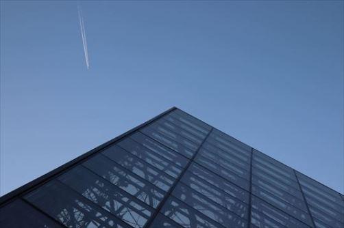 ピラミッドと飛行機雲