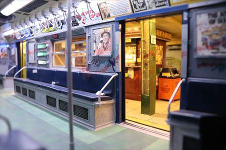 地下鉄の車両内。地下鉄駅も細かく作られていました