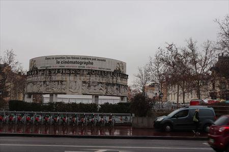 地下鉄駅を出るとリュミエール兄弟を称えるこのような記念モニュメントが見えました