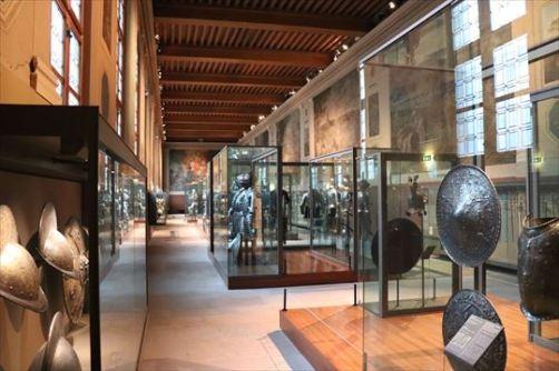 旧食堂だった展示室にはフランス内外の国王の鎧兜が展示されています。ルイ14世が率先したネーデルランド継承戦争に関するエピソードを描いた絵画