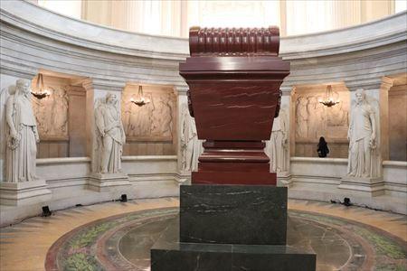 ナポレオンの墓の周囲にあるレリーフはナポレオンの10の偉業をテーマにしたもの