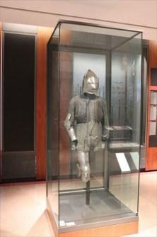 すずめのくちばし型バシネット。このタイプは1370年から1430年頃まで使われ、顔を防護する面頬がとがって突き出しているのが特徴です