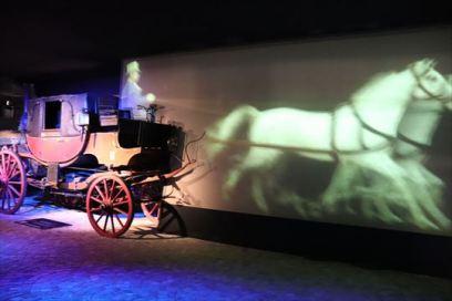 馬車から自動車への移り変わりを映像で紹介しています