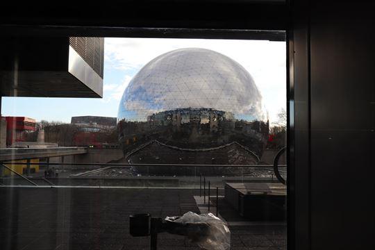 大型映像のラ・ジオード(La Géode)。天気が今一つでしたが、晴れた日の映り込みが美しそうです