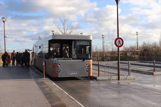 駅からバスで着いたら、このシャトル・バスに乗り換えます。自動車で来た場合もすぐそばの駐車場にとめて乗り換えます