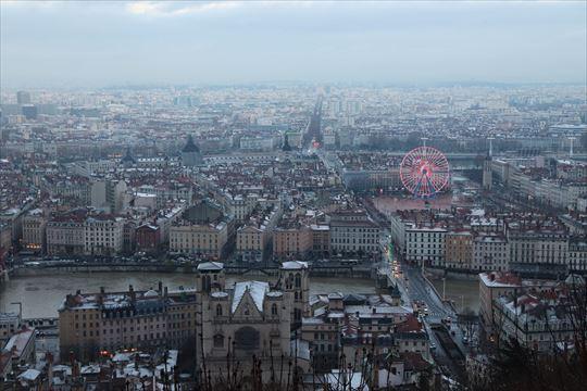 フルヴィエールの丘(ノートルダム大聖堂)からの眺め。サン・ジャン教会やベルクール広場(観覧車のあるところ)も見えます