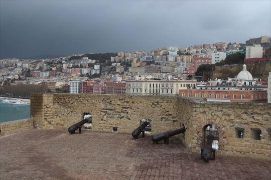 卵城からの眺め。右上に小さく見えるのがサンテルモ城