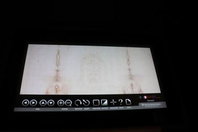 4Kの高精細映像で聖骸布の細部を見ることができます