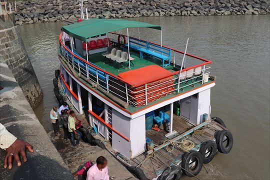 帰りに撮影したものですが、このようなボートでのんびり島に向かいます