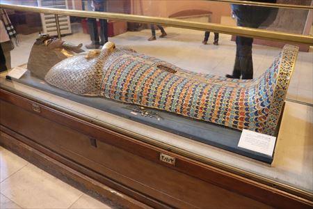 このような美しいものをはじめさまざまなミイラの棺が展示されています