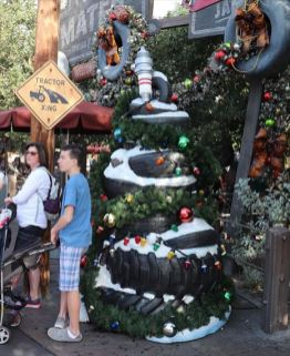 ここもクリスマスムード。タイヤのクリスマスツリー