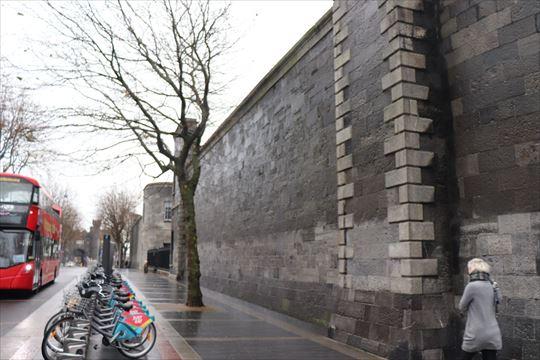 キルメイナム刑務所の外壁。ここにもレンタサイクルがありました