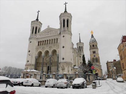 雪に覆われたノートルダム寺院。夕べとはすっかり違います