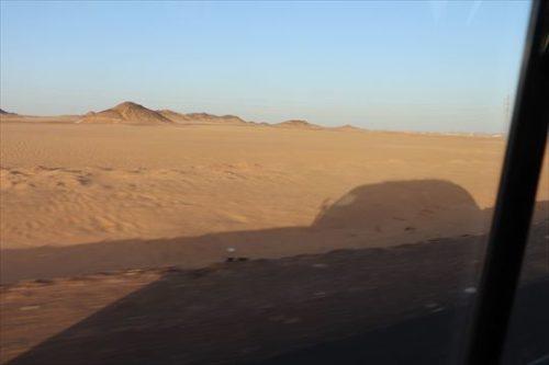上ってきた朝日のなかアブ・シンベルに向かいます。途中にオアシスも見えますが、ずっと砂漠が続きます