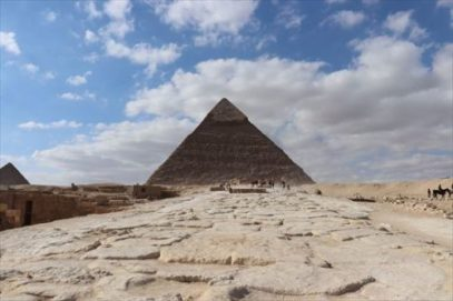 参道から見たピラミッド