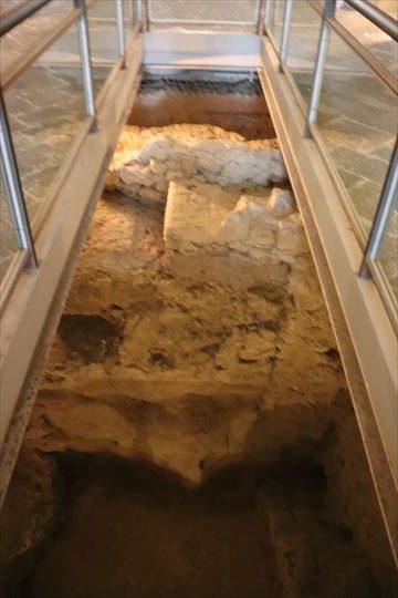 地下の遺構が見られるところもありました