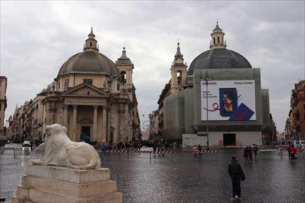 左側がサンタ・マリア・イン・モンテサント教会、右側がサンタ・マリア・イン・ミラーコリ教会