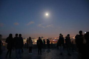 屋上で見るローマの街と月