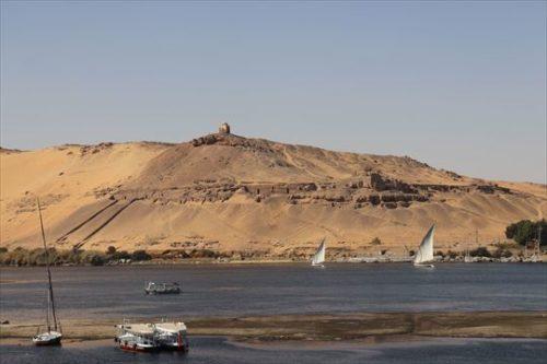 遠くに貴族の墳墓やナイル川に浮かぶファルーカが見えます