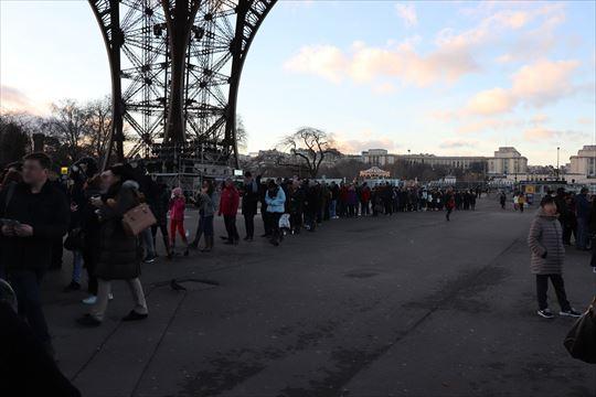 やはり人気観光地。長い行列ができていました