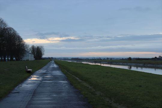 運河沿いを少し歩いてみました