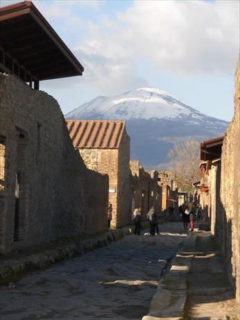 雪のヴェスピオ火山