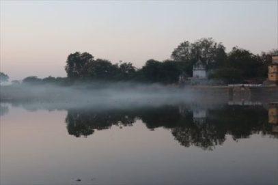 池に霧がかかっていました