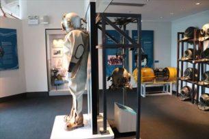 潜水士のヘルメットの体験展示