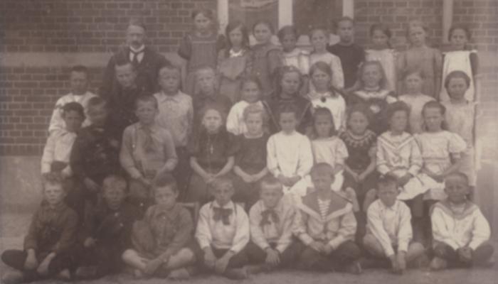 Elever og deres lærer uden for Hørsholm Skole 1914