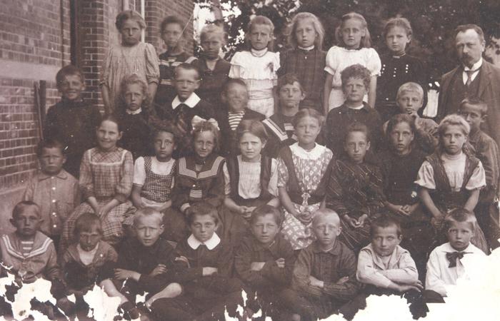 Daglig skolegang Lærer Tryde med skoleklasse ved Hørsholm Skole ca. 1910
