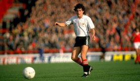 arthur-albiston-manchester-united-adidas-away-kit-1980