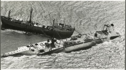 The wreck of the TEV Wahine with salvage ship Holmpark alongside