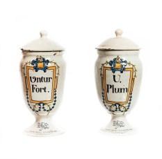 Albarelos de la farmacia Viader Seguí en forma de copa.