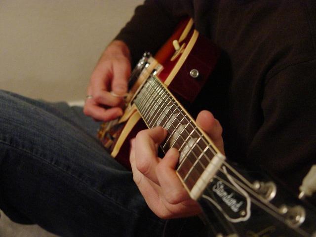 guitar-playing-1518382-640x480