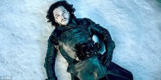 "Imagen de Kit Harrington como Jon Snow al final de la temporada 6 de ""Game of Thrones""."