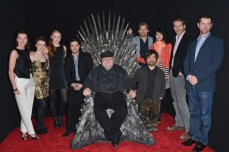"George R.R. Martin junto a productores y actores de ""Game of Thrones""."