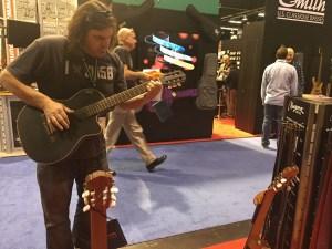Visitante probando una de las guitarras