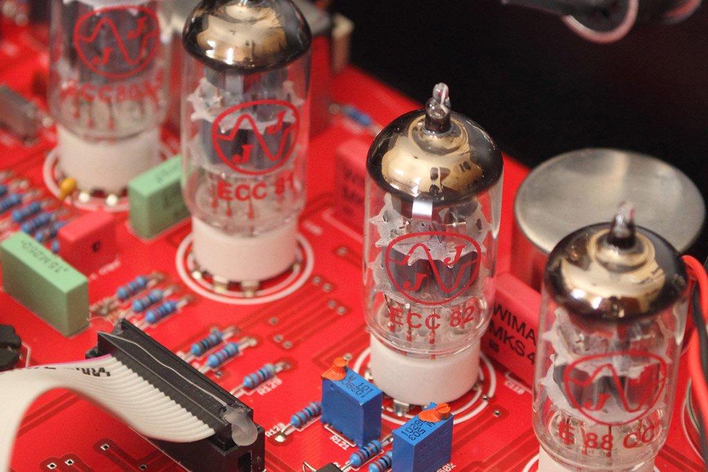"""Przedwzmacniacze lampowe wróciły do łask jako jeden ze sposobów na osiągnięcie """"brudnego"""" brzmienia lat 60."""