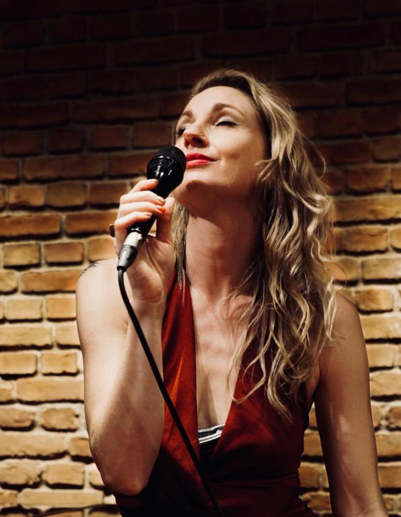 Beautiful Female Jazz Singer - Book for International 5 Star and Cruise Ship Residencies