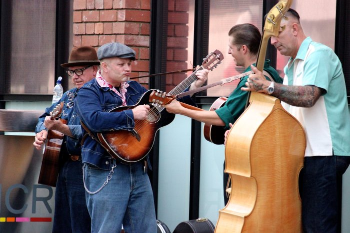 country-guitar-trio-buskers